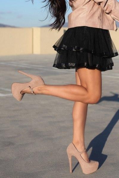 красивые женщины в юбках с красивыми ногами фото